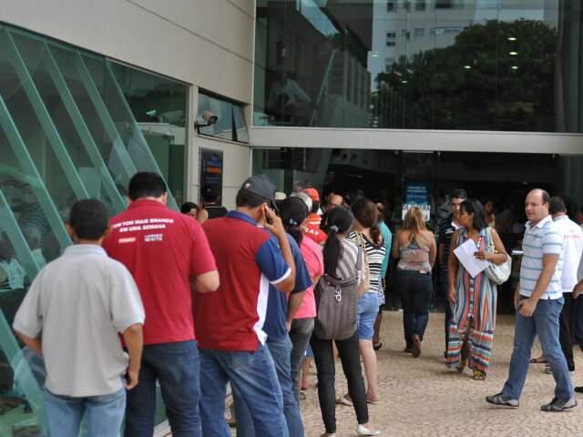 Fila na Central de Atendimento ao Cidadão ficou maior nesta segunda por causa do vencimento do IPTU (Foto: Marlon Ganassin)