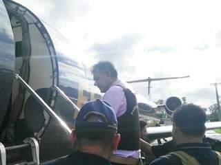 Escoltado por policiais paraguaios e brasileiros, Jarvis Pavão entra em avião da PF, em Assunção (Foto: Direto das Ruas)