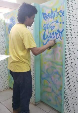 Voluntário deixou uma frase na porta do banheiro masculino (Foto: Arquivo pessoal)