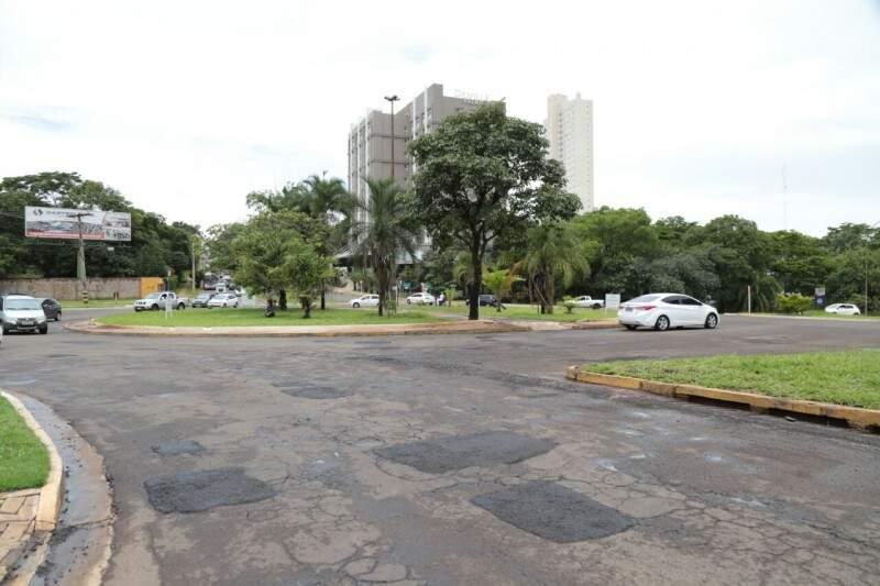 Buracos foram fechados na rotatória da avenida Via Park com avenida Mato Grosso (Foto: Fernando Antunes)