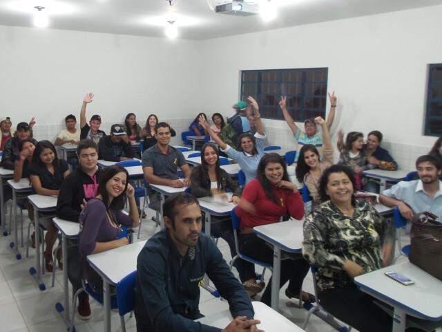 A primeira turma de Pedagogia instalado na Aldeia Porto Lindo comemoram a conquista durante a aula inaugural (Foto: Antônio Marques)