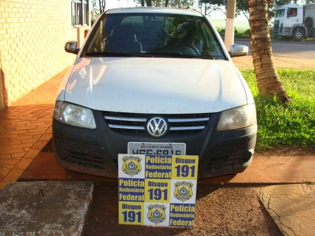 Carro foi abandonado 'recheado' de cigarros. (Foto: Divulgação/PRF)