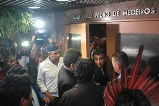 Grupo de indígena tentou entrar e começou tumulto em fim de reunião. (Foto: Marcos Ermínio)