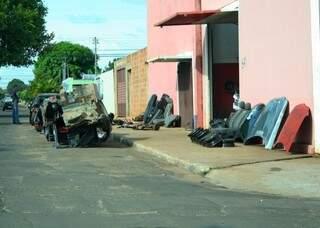 Os moradores reclamam que os veículos atrapalham no trânsito (Foto: Marcos Ermínio)