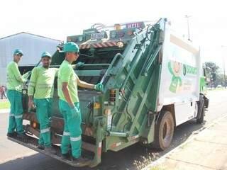 Caminhões da Solurb circulando pela Capital (Foto: Marcos Ermínio/Arquivo)
