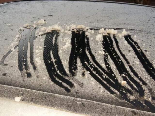 Em Dourados gelo se formou em cima dos carros.(Foto: Antônio coca/MS em foco)