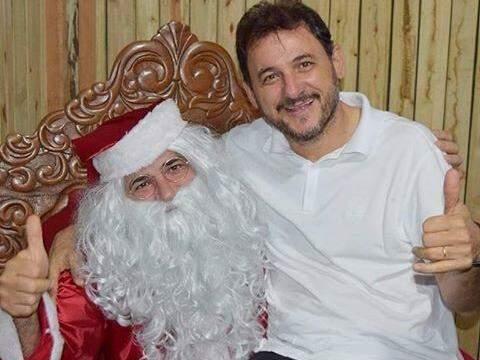 Prefeito de Costa Rica posa para foto junto com Papai Noel (Foto: Reprodução / Facebook)