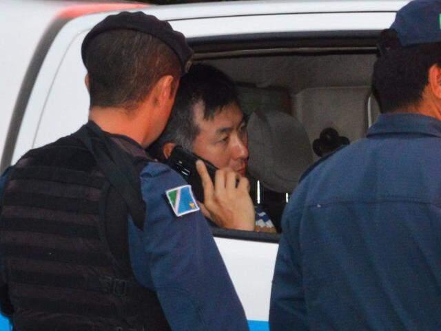 PRF no camburão da PM depois de atirar em empresário. (Foto: Simão Nogueira)