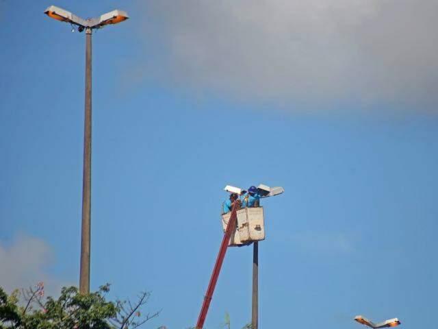 Manutenção na Avenida Manoel da Costa Lima, nesta terça-feira (24). Taxa do serviço ficou suspensa por seis meses. (Foto: Marcos Ermínio)