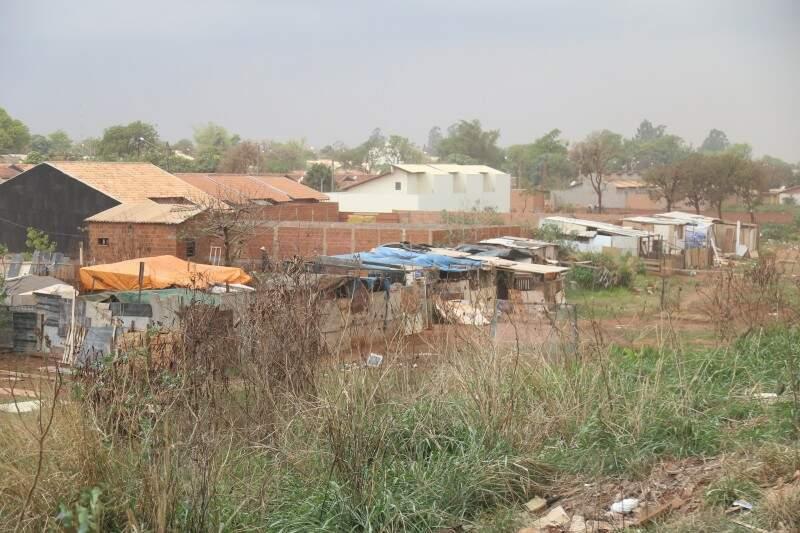 Barracos construídos próximo ao aterro. (Foto: Fernando Antunes)