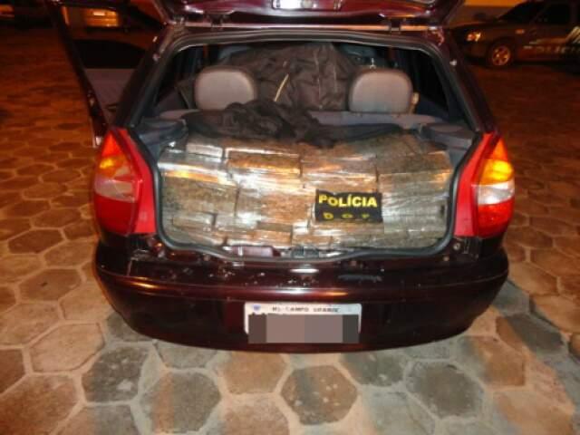 Tabletes de maconha no Fiat Palio (Foto: Divulgação/DOF)