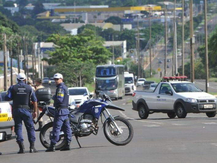Guarda Municipal organizou o trânsito, que foi liberado a cada 15 minutos (Foto: Alcides Neto)