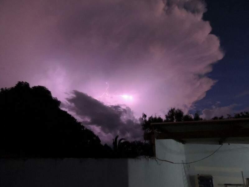 Ele diz que não choveu onde tirou as fotos, no Alves Pereira (Fotos: Direto das Ruas)