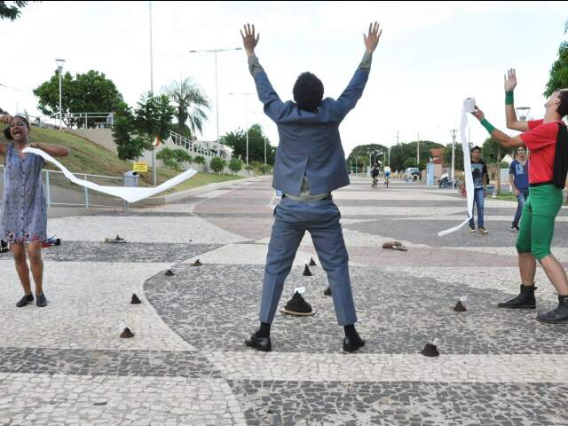 Peça é encenada na rua (Foto: Divulgação)