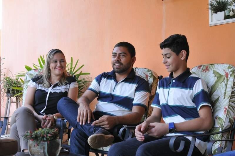 Erick e sua família, Mayara e Wilson. (Foto: Alcides Neto)