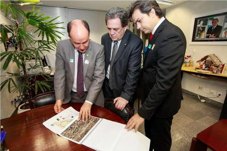 Termo de outorga foi assinado em Brasília pelo deputado Mochi, o senador Moka e o prefeito de Coxim, Aluizio (Foto: Divulgação)