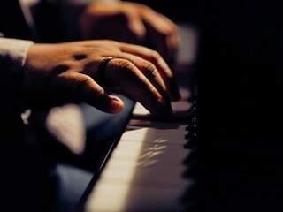 O repertório inclui canções do rock internacional e nacional, assim como releituras de músicas nacionais para o blues.