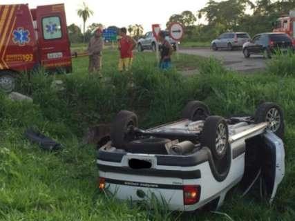 Veículo capota na BR-262 e deixa jovem gestante e adolescente feridos