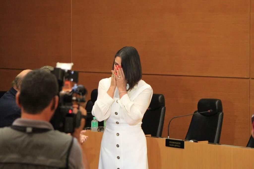 Luiza se emociona ao assinar o termo que a tornou embaixadora do projeto (Foto: Marina Pacheco)