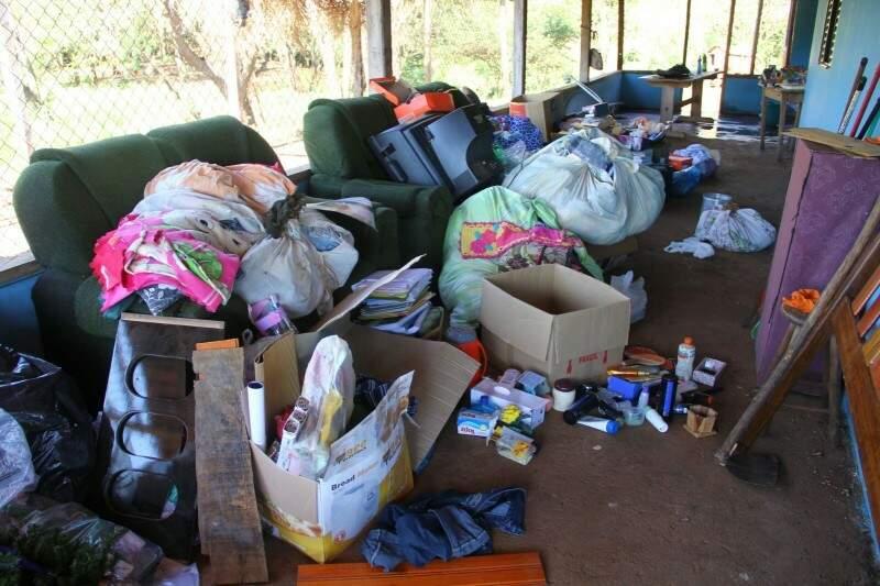 Móveis, roupas e demais pertences das famílias ainda espalhada pelas varandas. (Foto: Marcos Ermínio)