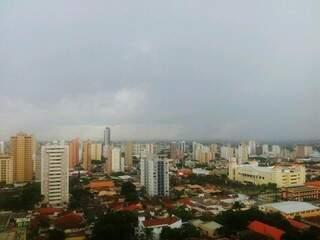 Chuva já chegou a algumas regiões da cidade (Foto: Marcos Ermínio)