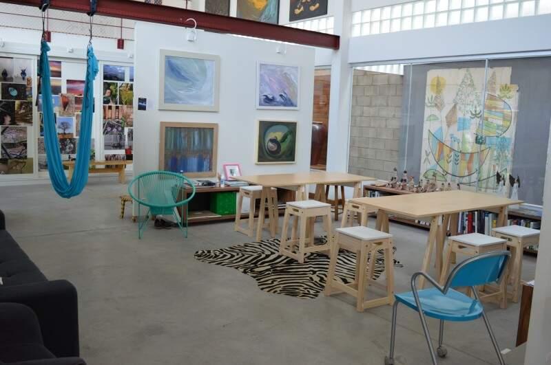 Decoração composta por obras de arte e mobília que Lúcia se identifica. (Foto: Thailla Torres)