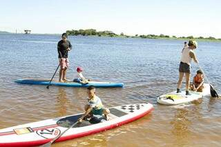 """Batizado de """"Vivência"""", evento abre oportunidade para a população de Corumbá praticar Stand Up no rio Paraguai (Foto: Clóvis Neto)"""