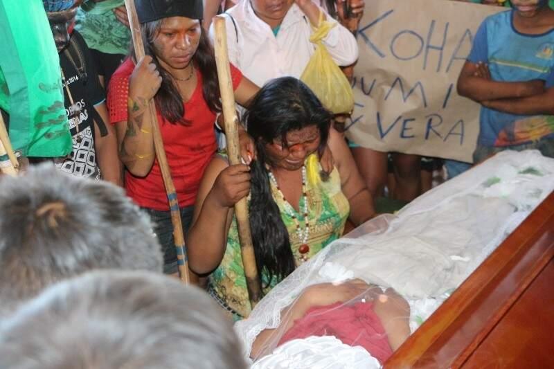 Tia de Clodioudo chora ao lado do caixão antes do enterro (Foto: Helio de Freitas)