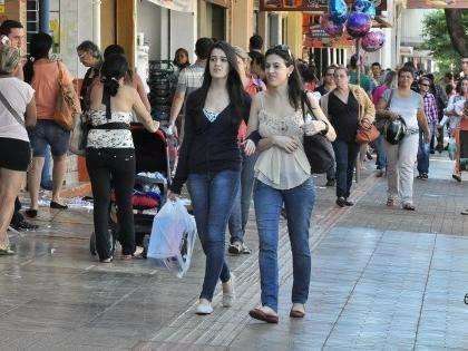 Apesar da crise, comércio abre até mais tarde para aumentar vendas de Natal
