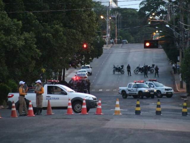 A reconstituição do crime começou por volta das 5h20 desta quarta-feira (Foto: Marcos Ermínio)