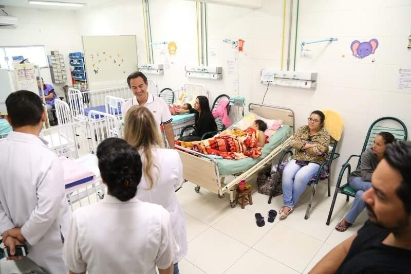 Prefeito no interior de uma das enfermarias da pediatria. (Foto: Marcos Ermínio)