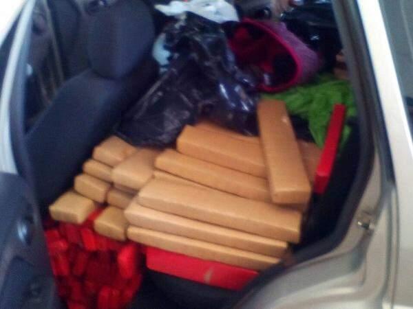 Maconha estava distribuída em 416 tabletes dentro de porta-malas de carro. (Foto: PRF)