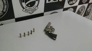 Revólver calibre 38 apreendido com suspeitos. (Foto: Adriano Fernandes)