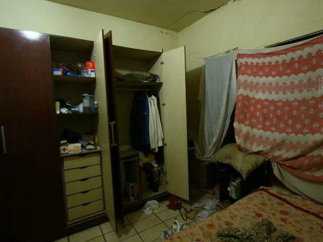 Bandidos reviraram casa em busca de dinheiro (Foto: André Bittar)