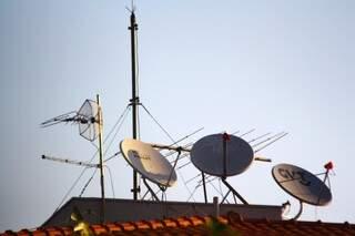 Antenas via rádio se tornaram comuns ao lado de antenas de TV (Foto: Marcos Ermínio)