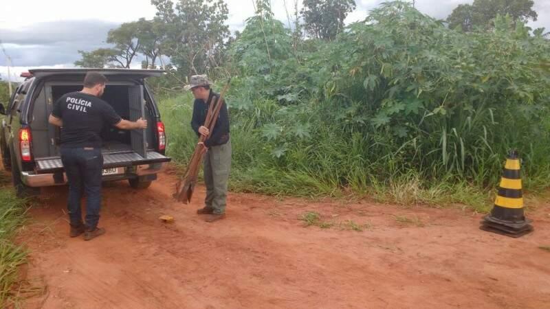 Delegado (à direita) guarda material usado nas escavações (Foto: Adriano Fernandes)