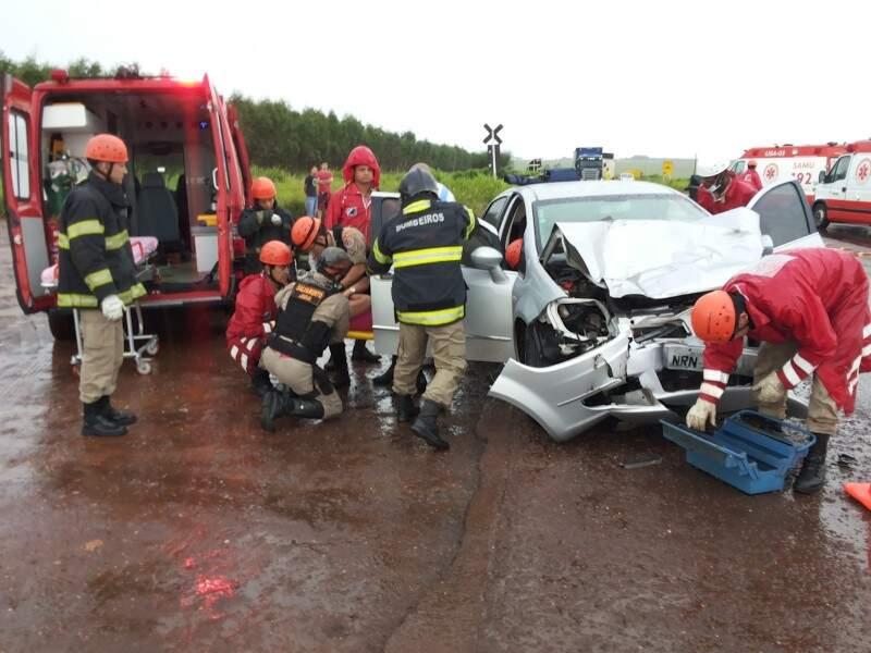 Condutor com embriaguez constatada após teste do bafômetro atingiu a traseira de dois carros (Foto: Kleber Clajus)