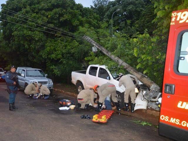 Vítimas sendo atendidas após acidente na Ernesto Geisel; empresário morreu no local (Foto: Simão Nogueira)