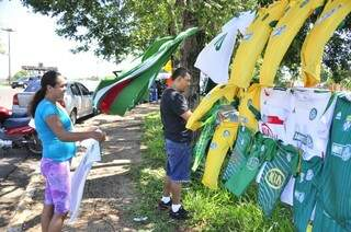 """""""Varais"""" de bandeiras e camisetas já estão espalhados na entrada do Morenão (Foto: João Garrigó)"""