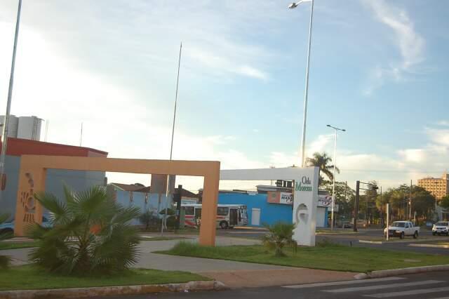 Tempo amanheceu aberto neste sábado em Campo Grande e faz muito calor. (Foto: Marlon Ganassin)