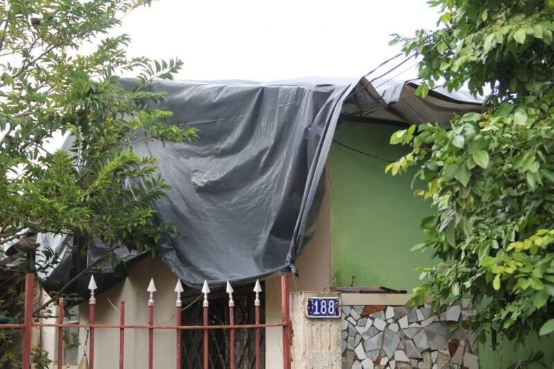 A casa da aposentada Sandra Hofmann foi uma das mais atingidas e além das telhas, teve vidros quebrados. (Foto:Marcos Ermínio)