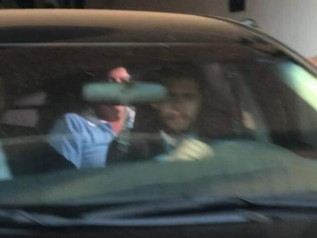De azul, ex-governador deixando presídio em veículo. (Foto: Paulo Francis)