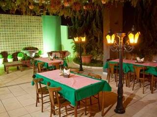 Ambiente estilizado e inspirado em praças italianas, onde pessoas jantam ao ar livre