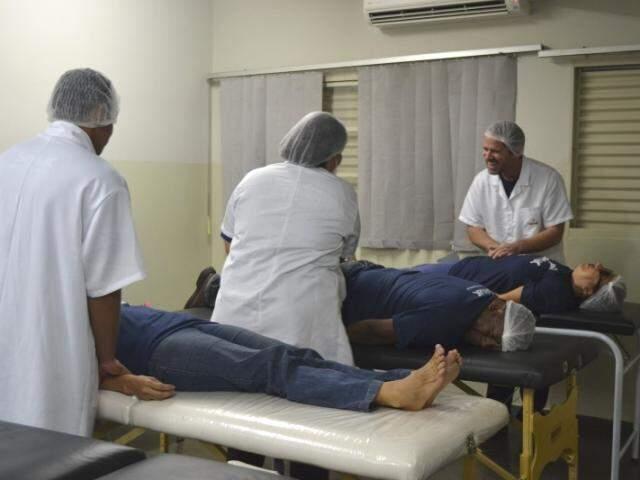 Samuel, ao fundo, massageando a colega Adelaide. (Fotos: Paula Maciulevicius)
