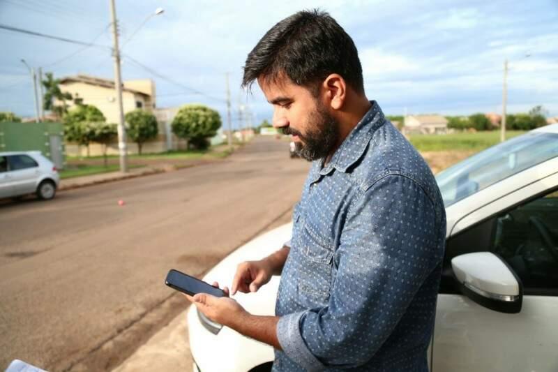 A comodidade dos celular se tornou indispensável para o professor Marcos Alexandre. (Foto: Marcos Ermínio)