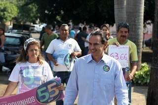 Marquinhos durante caminhada nos bairros da cidade (Foto: Divulgação - Assessoria)