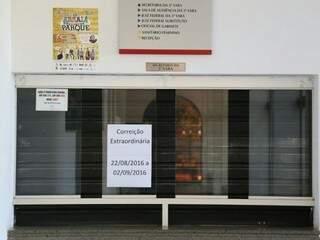 Secretaria da 3ª Vara está fechada e com o aviso de que passará por correição extraordinária. (Foto: Fernando Antunes)