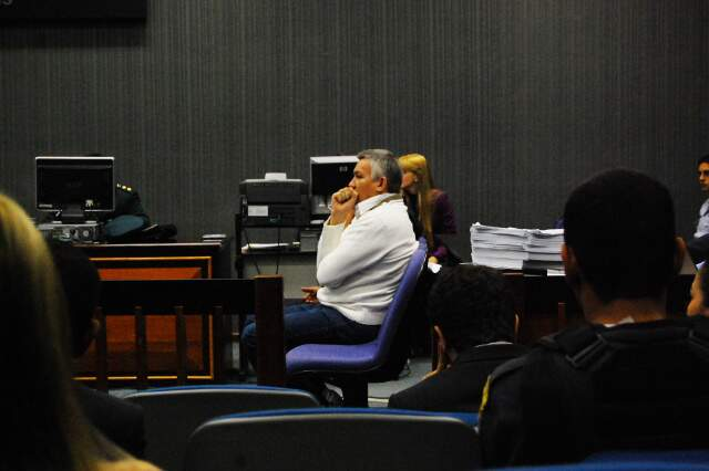 Major Carvalho, de camisa branca, acompanha seu julgamento. (Foto: Francisco Júnior)