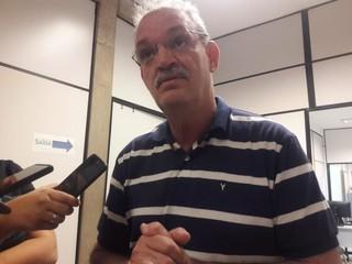 Secretário de Saúde de MS, Geraldo Resende, durante entrevista à imprensa nesta terça-feira (dia 8). (Foto: Izabela Sanchez).