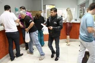 O local está sempre cheio, e clientes levam sacoladas de chipa. (Foto: Marcos Ermínio)